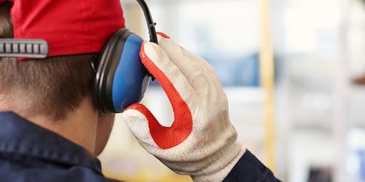 بررسی تاثیر ارگونومی محیطی (صدا و نور و گرما و ...) بر عملکرد و کارایی کارکنان